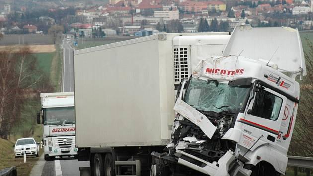 Dopravní nehoda v Bánově zcela znemožnila průjezd obcí a zastavila tak dopravu na silnici I/50 mezi Uh. Brodem a Starým Hrozenkovem.