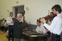 Celé sobotní odpoledne dirigoval Burčáky klient Kopretiny sedmdesátiletý Gerard.