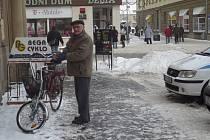 Lidé, kteří vyjíždějí do zasněžených a zamrzlých ulic, představují v provozu značné nebezpečí. Navíc polovina z nich nemá své kolo v pořádku.