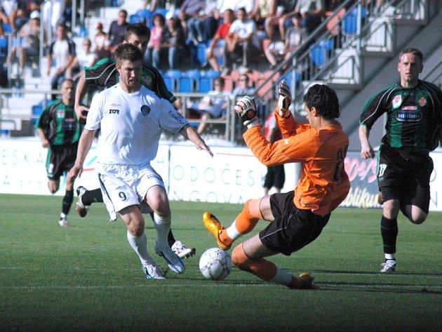 Fotbalisté Slovácka si proti Příbrami vytvořili dostatek šancí, nezřídka byli, jako na snímku Pavel Šultes, sami před brankářem Hruškou, gól se jim ale vstřelit nepodařilo.