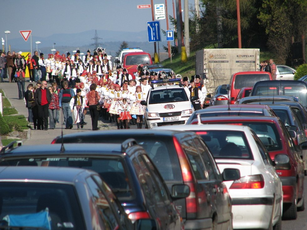 Krojovaný průvod v Mařaticích v sobotu po poledni zablokoval dopravu.