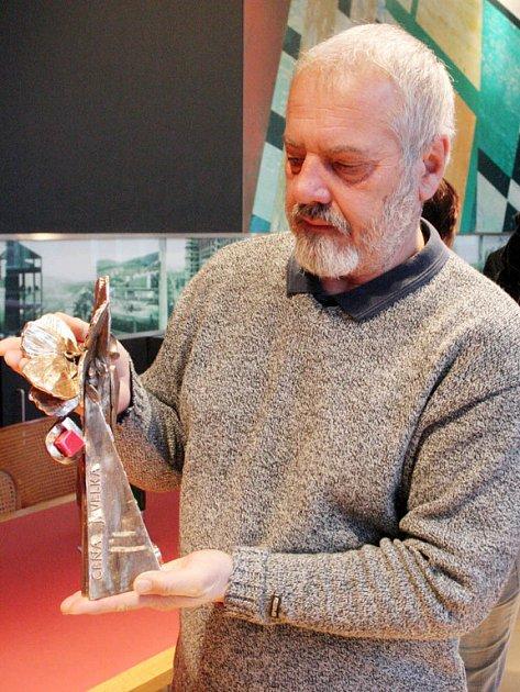 Jan Maděrič z hradišťského Klubu kultury ukazuje hlavní festivalovou cenu  určenou profesionálním tvůrcům.