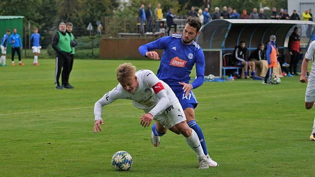 Fotbalisté Slovácka B i díky brance kapitána Srubka (v bílém dresu) zvítězili na hřišti olomoucké rezervy 2:1.