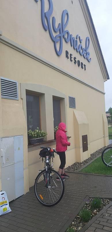 Na kole deštivými vinohrady se vydala také skupinka cyklistů z Ostrožské Lhoty. Zastávka v Rybníček resortu.