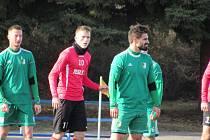 Fotbalisté Uherského Brodu (červené dresy) v sobotu na Lapači otočili zápas s Novým Mestem nad Váhom.