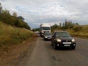 Silničáři frézují různé úseky silnice I/50 a na vozovce se štosují auta.