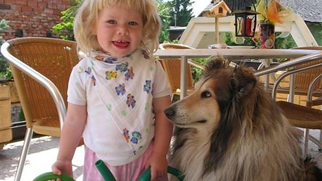SÁRA. Na zahradě se psím pomocníkem.