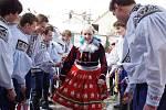 O velikonočním pondělku po deváté hodině ráno vyrazilo Vlčnovem patnáct mladíků z ročníku 1995 na pomlázkovou obchůzku za osmi svými ročnicemi.