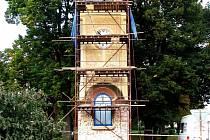 Opravovaná a čekají zvonice a zvon.