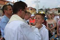 Hostie dostávali věří od kněží a biskupů do úst nebo do rukou.