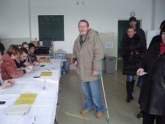 Dalibor Mareček přišel do jedné z volebních místností ve škole na sídlišti Východ v Uherském Hradišti jako první.