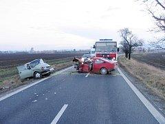 Spoušť, která zůstala po nehodě na silnici u Třebětic, zavinila dopravní potíže: zhruba hodinu museli ostatní řidiči jezdit jinudy.