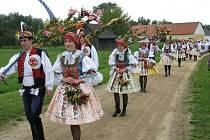 Krojovaná chasa přivezla kosy, kosáky, tanec i písničky.
