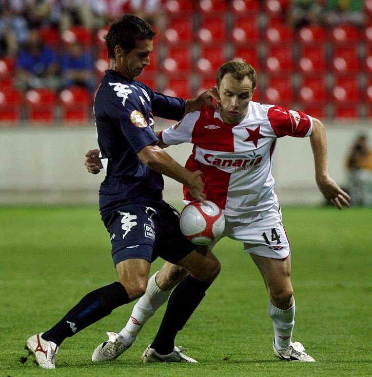 Zdeněk Šenkeřík ze Slavie Praha (v červenobílém) a Peter Struhár z 1. FC Slovácko