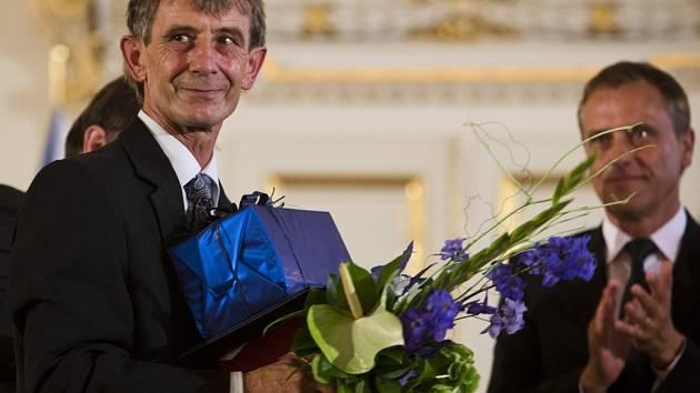 Starosta Jalubí Karel Malovaný právě převzal ocenění pro nejlepšího starostu Zlínského kraje.