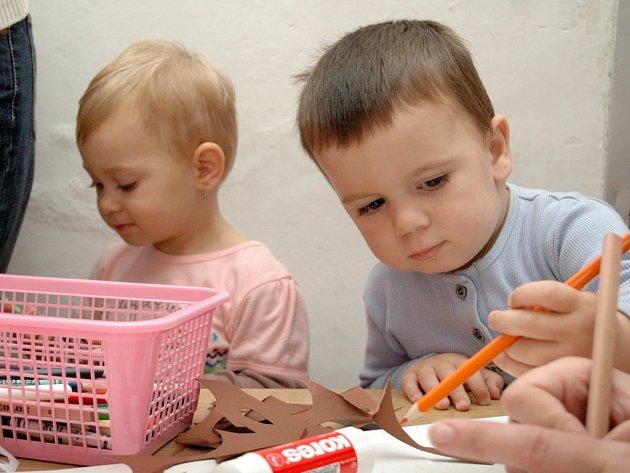 Děti se svými maminkami si to v tělocvičně užívají.