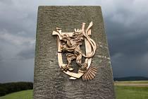 Český znak, od akademického sochaře Otmara Olivy, už opět zdobí památník Bratrství Čechů a Slováků na Velké Javořině.