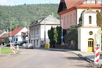 Opravovaná silnice v Záhorovicích.