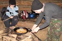 Kynutý koláč se šunkou a ananasem připravoval jedenáctiletý Pavel Vagunda z Jalubí. Dým otravoval Daniela Kutálka ze Sušic.