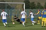 Fotbalisté Slavkova (modré dresy) v 7. kole I.B třídy přehráli oslabený Tlumačov 3:0.
