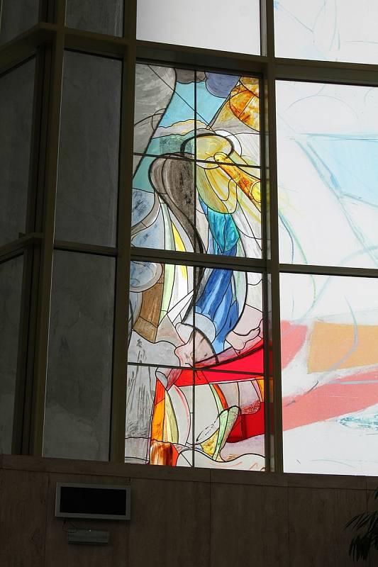 Kostel Svatého Ducha ve Starém Městě v květnu 2021. První dvě hotové vitráže.