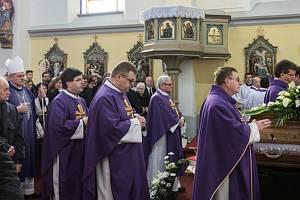 Kněží na pohřbu Josefa Stojaspala v kostele sv. Filipa a Jakuba v Dolním Němčí.