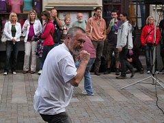 Svatý Pluk zpíval v uherskohradišťské Havlíčkově ulici.