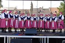 Mikroregion Východní Slovácko na Slováckých slavnostech vína a otevřených památek v Uherském Hradišti. Ženský pěvecký sbor Bánovské zpěvule.