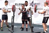 Vdřepu Klára Zmeškalová zvedla 155 kilogramů.  Klára Zmeškalová s trenérem Radomilem Vašíkem.