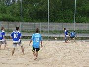 Ve Slováckých strojírnách vyrostlo nové sportovní hřiště. Studenti tam můžou hrát i plážový fotbal