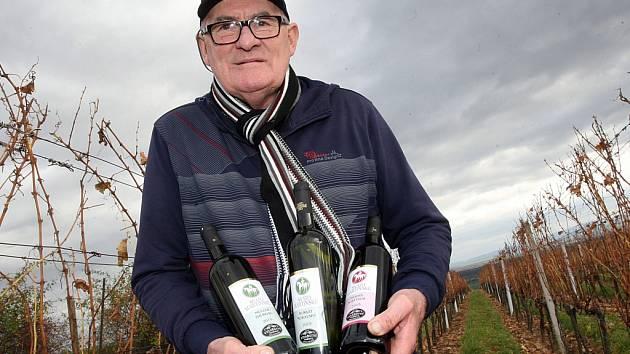 Vinař Jaroslav Vaďura s lahvemi svatomartinského vína ve vinařství v Polešovicích.
