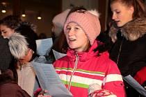 Na pět stovek lidí v Uherském Hradišti podpořilo svým zpěvem Česko zpívá koledy.