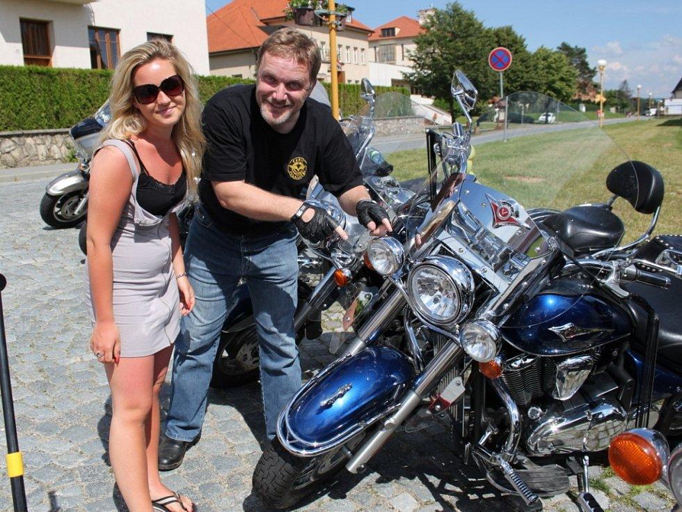 Muži a ženy z Česka a Slovenska si vyjeli v neděli odpoledne na silných mašinách na Velehrad.