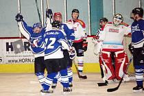 Zatímco hokejisté Plumlova slaví, Hradišťané mají sklopené hlavy.