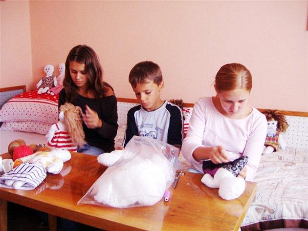 S výrobou panenek pomáhají i děti.