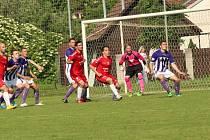 Fotbalisté Uherského Brodu (v červeném).