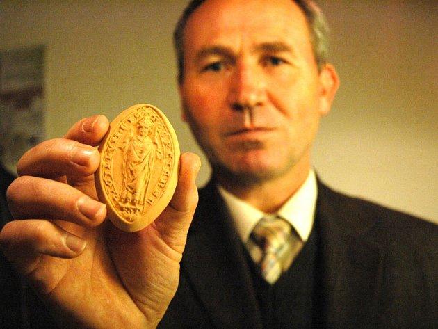 Organizátor koštu Josef Vaculík ukazuje keramickou cisterciáckou pečeť, kterou dostal každý z oceněných.