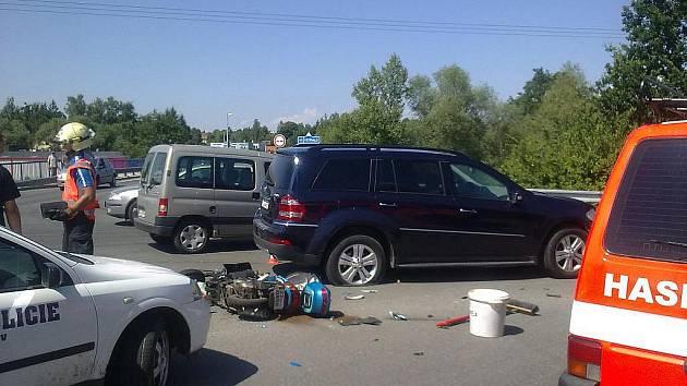 Řidič dodávky nedal přednost u Domašova. Motorkář skončil v nemocnici
