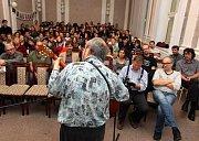 Sdružení písničkářů Šafrán na konferenci se studenty gymnázia v Uherském Hradišti. Petr Lutka.