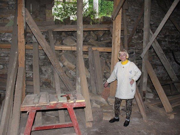 Sesuv svahu v bojkovické části Krhov poškodil stodolu majitelky Marie Kotasové.