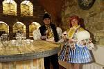 Nejpohlednější stárkovský pár roku 2012, sourozenci Nikola a Zdeněk Pastorkovi z Jalubí si na sklonku minulého týdne převzal z rukou zástupce vinařství Zlomek a Vávra vítěznou cenu, tedy tolik vína, kolik váží stárka.