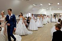 Z vystavených fotografií vznikla věčná vzpomínka na svatební den. Slavnostní zahájení výstavy umocnila přehlídka svatebních šatů.