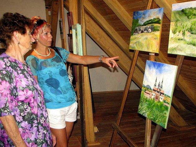 Užít si nedělní podvečer v galerii na půdě knížecího obydlí palácového typu v Archeoskanzenu Modrá nabízela návštěvníkům vernisáž obrazů a fotografií grafičky a animátorky Veroniky Daňkové.