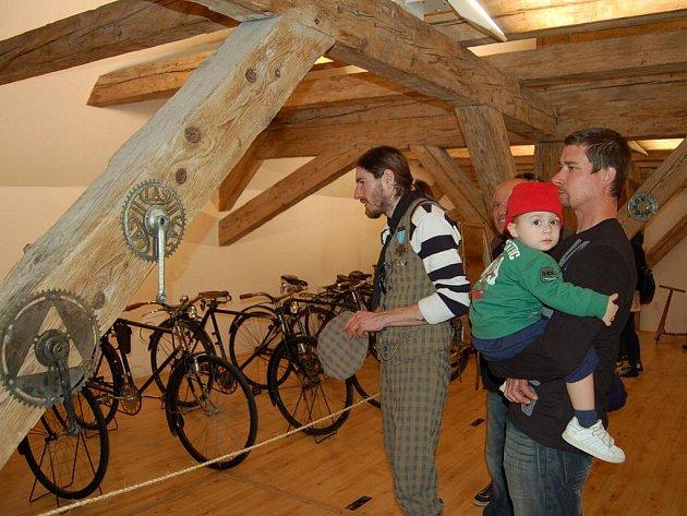 V Redutě vystavují padesátku historických kol.