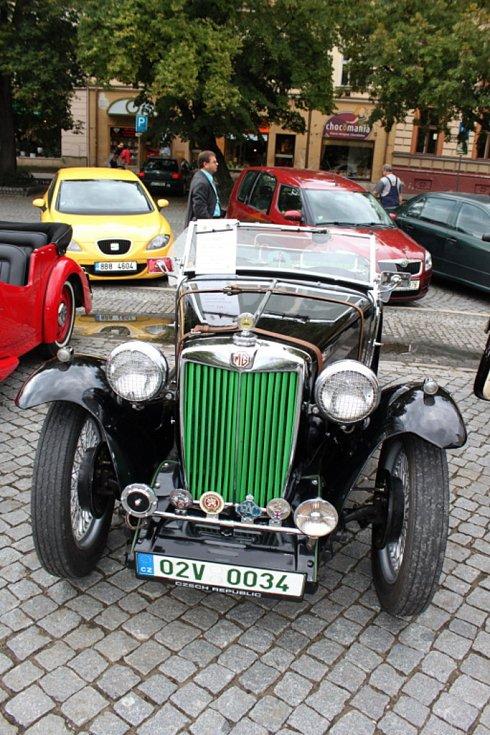 Řadový čtyřválec OHV z Anglie. Patří do stáje Veteran Praga car club Brno.