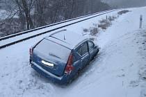 Pouhé dva metry od železniční trati, v příkopu pod silnicí mezi Polichnem a uherskobrodským Újezdcem skončil osobní automobil značky KIA. Ten sjel dolů ze zasněžené a kluzké vozovky.