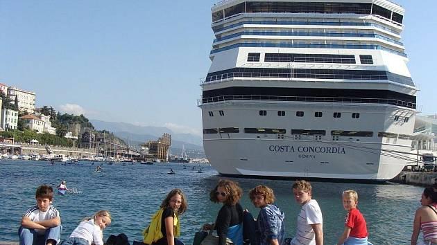 Členové novoveského kanoistického oddílu mohli v roce 2009 obdivovat loď v plné kráse