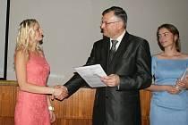 Za výborně poskytnutou pomoc zraněným při autonehodě obdržela Klára Novotná (vlevo) pochvalu ředitele školy Jaroslava Zatloukala.