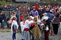 Starodávný zvyk vynášení Morany a vítání jara udržují na Modré už sedmadvacet let.