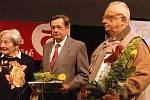 Zvláštní cenu za zásluhy ve sportu obdrželi Josef Fridrich (uprostřed) a Jaroslav Málek, kterým poblahopřála i Dana Zátopková.
